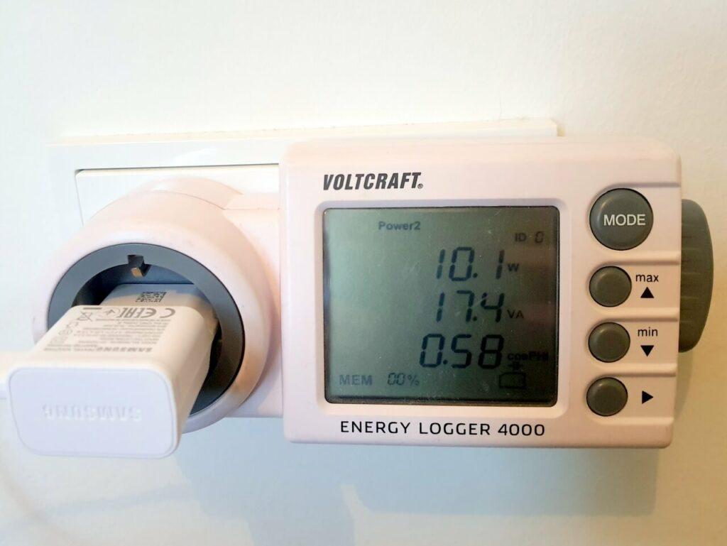 Voltcraft Energy Logger 4000 beim Aufladen eines Telefons